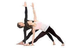 de-yoga-met-partner-uitgebreide-driehoek-stelt-53301415