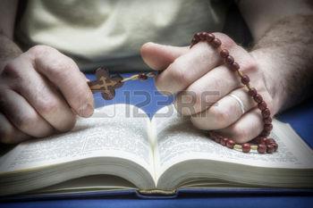 26899458-christelijke-gelovige-bidden-tot-god-met-de-rozenkrans-in-de-hand