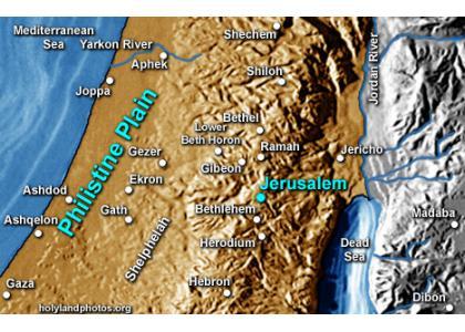 De strijd tussen Israel en de Filistijnen in de tijd van de Richteren vond altijd plaats in de vlakte tussen de kust en het bergland van Judea